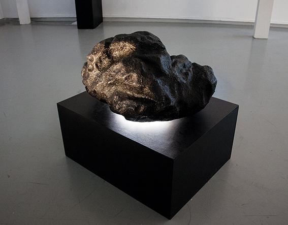 Yosra Mojtahedi, Tombée du ciel, résine et projection vidéo, 100 x 80 x 60 cm, 2018